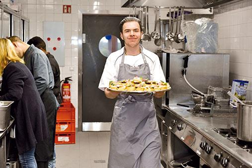 Zubereitung und Servieren von Speisen bei der Jugendberufshilfe in Hannover