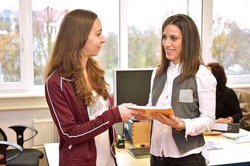 Beratung der juniver Jugendberufshilfe in MobiPro EU